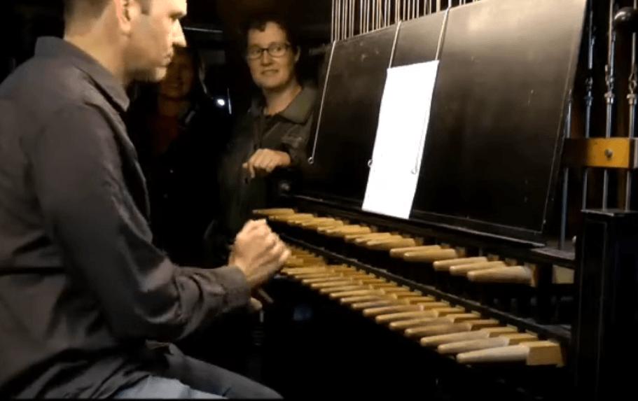 Christiaan Winter bespeelt het carillon