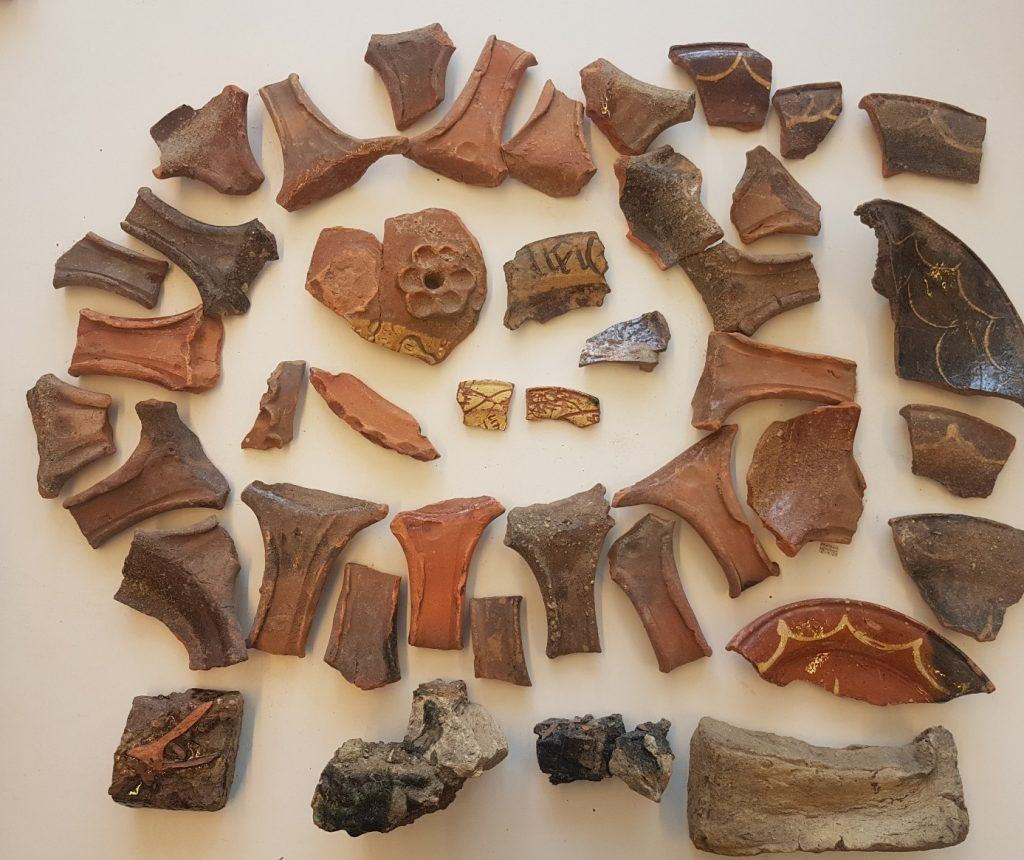 Resten van een 15e-eeuwse potten- én steenbakkerij, gevonden aan de Voordam