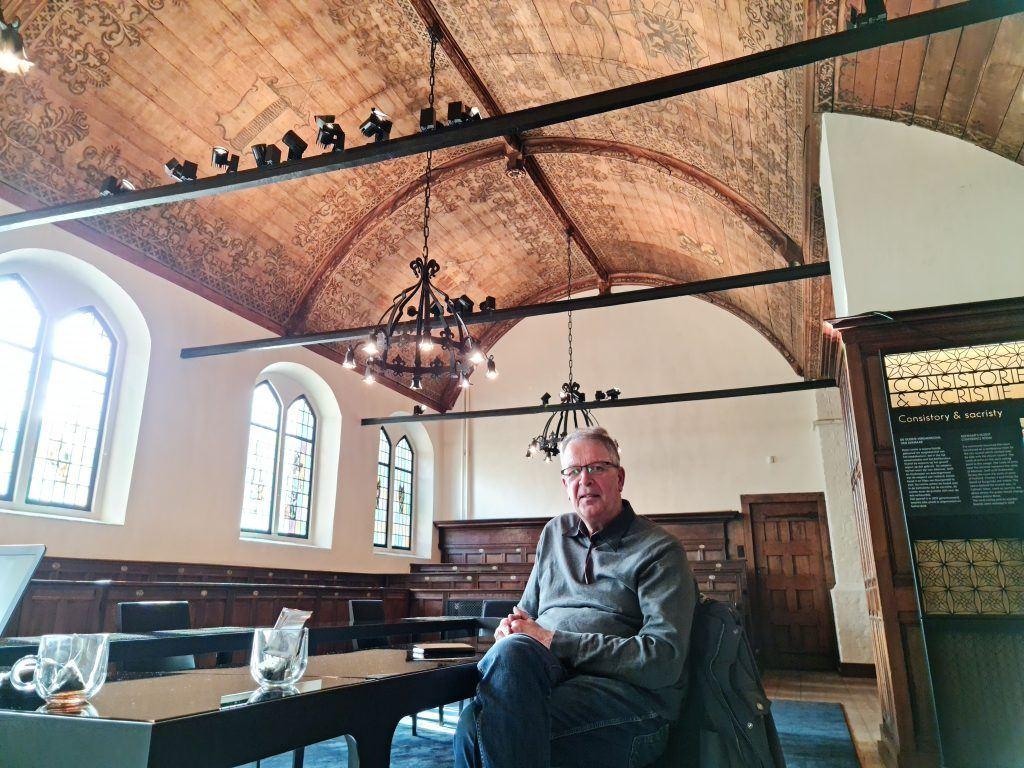 Bram Berkenpas onder het gerestaureerde plafond in de consistorie van de Grote Sint Laurenskerk
