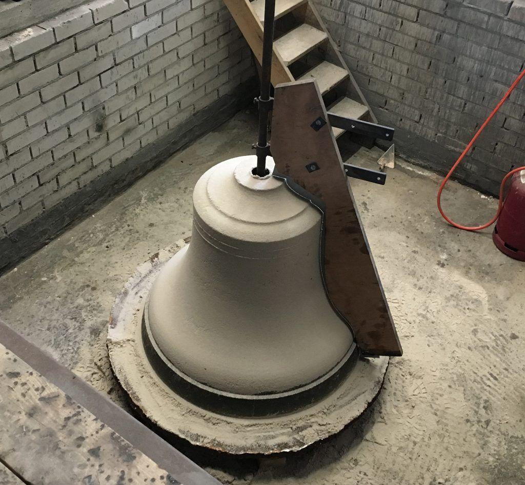 Het maken van de mal in de klokkengieterij
