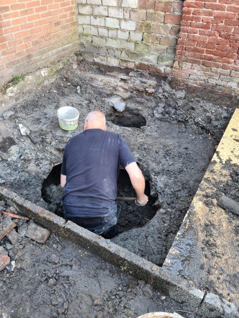 Rob Roedema aan het graven in de beerput