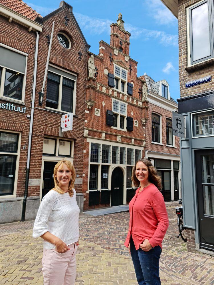 Simone van der Vlugt en Nancy de Jong voor het Koning-Willemshuis in de Pieterstraat