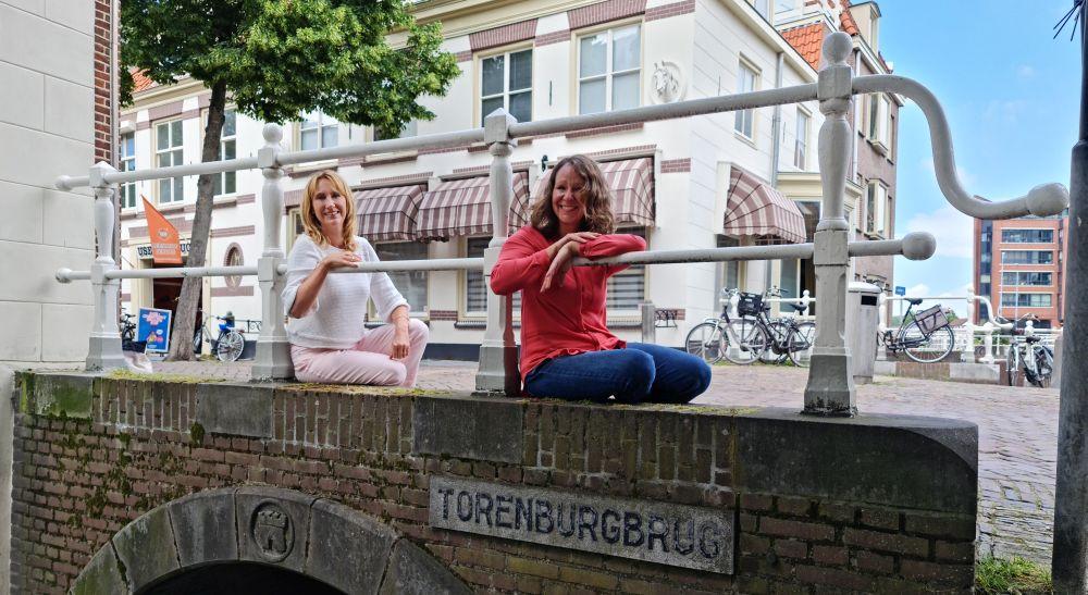 Simone van der Vlugt en Nancy de Jong op de Torenburgbrug, genoemd naar het kasteel van Floris dat het dichtst bij de stad stond